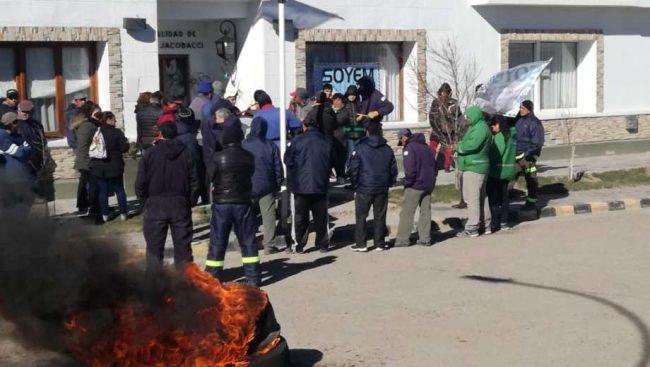"""Municipales de Jacobacci reclaman: """"Necesitamos que nos paguen y nos escuchen"""""""