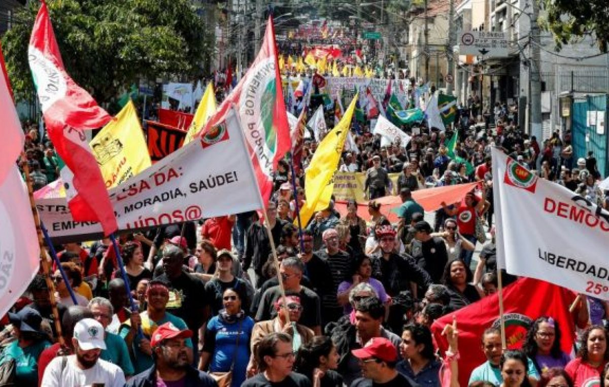 Mientras Bolsonaro participa de un desfile militar, los estudiantes se movilizan