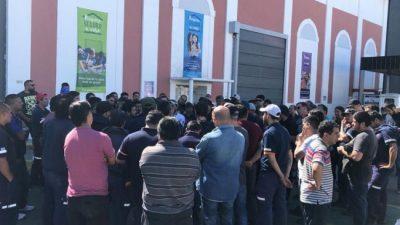 Trabajadores de la papelera Kimberly Clark ocuparon el predio frente al anuncio de cierre