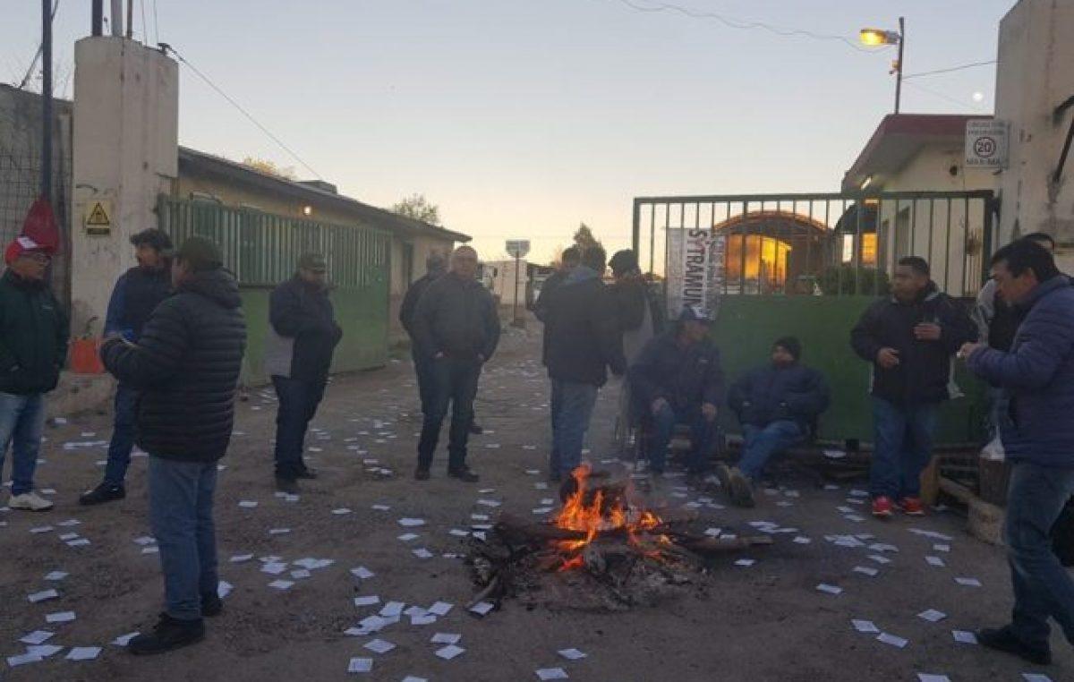 """Municipales de Neuquén en """"estado de asamblea permanente y movilización"""""""