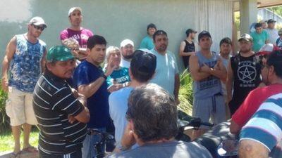 Acampe frente a la comuna de Chabás para exigir el pago de salarios