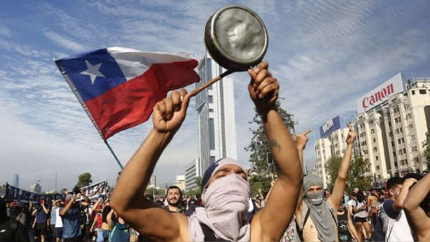 Chile intenta avanzar en la nueva Constitución, con los manifestantes en las calles