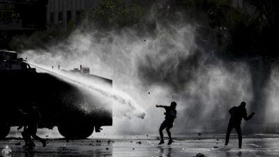Anuncios de Piñera no convencen y los disturbios llegan a los barrios ricos de Santiago