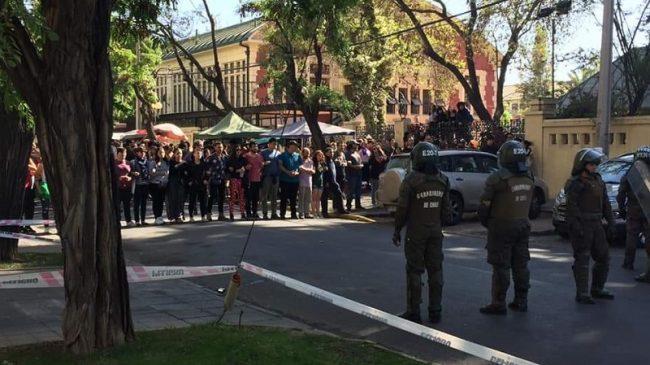 Docentes chilenos protegen a los estudiantes de los Carabineros