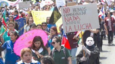 Miles de chilenos marchan por una educación sin lucro