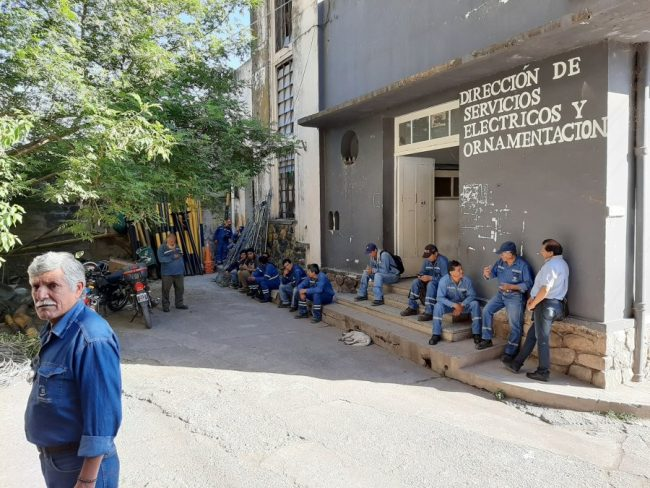 Municipales jujeños con medidas de fuerza en el edificio 4 de junio