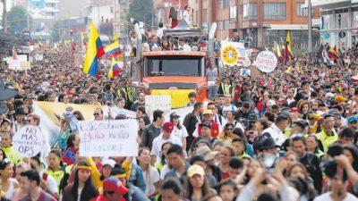 Los colombianos protestan con música y cacerolas