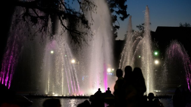 Aguas danzantes rosarinas: un minishow acotado de jueves a domingos