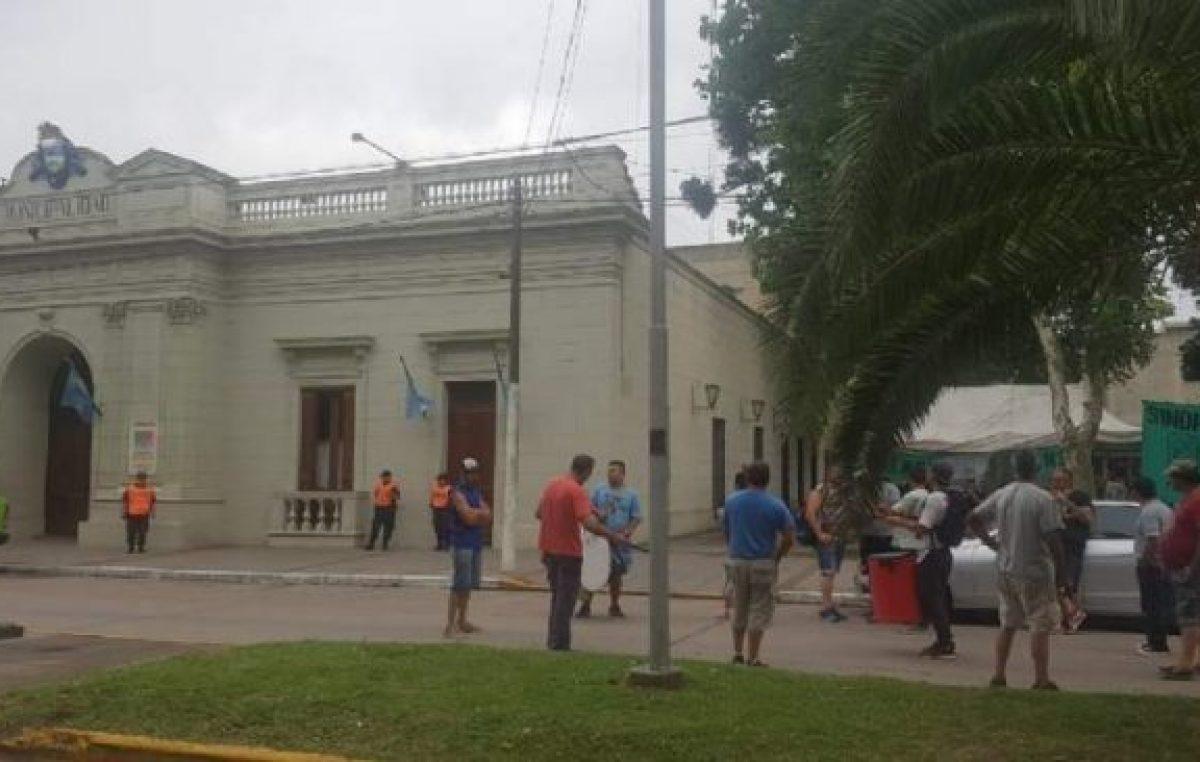 Sigue el conflicto por los 100 cesanteados en San Vicente: protestas y reuniones en Trabajo
