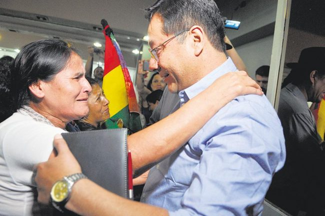 """Bolivia: Luis Arce, """"Somos inclusivos de la cultura de la wiphala, hay espacio para todos"""""""