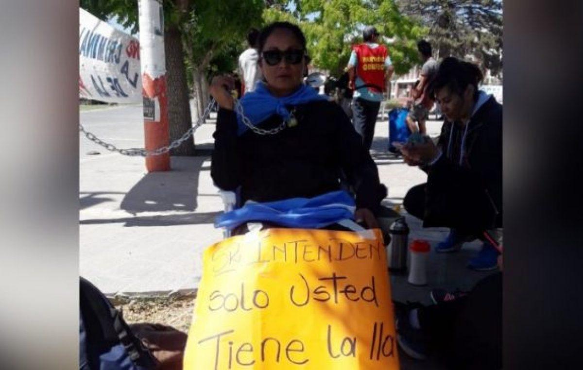 Despedidos de Zapala se encadenaron frente al municipio