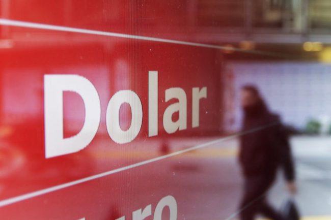 La fuga de divisas fue la menor en una década