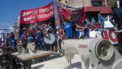 Con máquinas de coser en la calle, cooperativas reclamaron a Larreta «un salario digno»