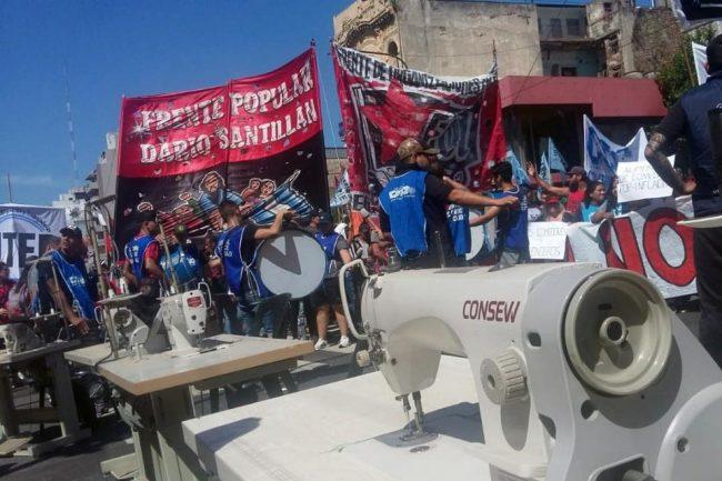 """Con máquinas de coser en la calle, cooperativas reclamaron a Larreta """"un salario digno"""""""