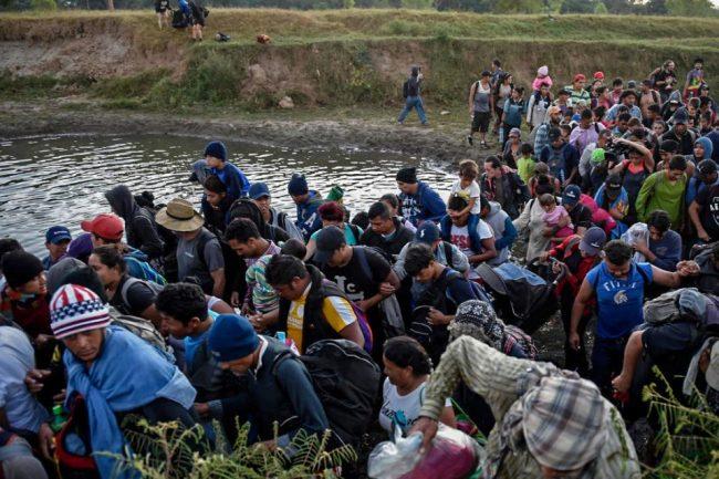 Trump prohibe entrar a los migrantes pobres