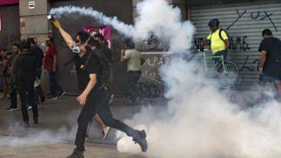 Chile celebró 30 años de democracia entre protestas y con el gobierno aislado