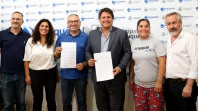 Gaido firmó el acuerdo salarial de los municipales neuquinos