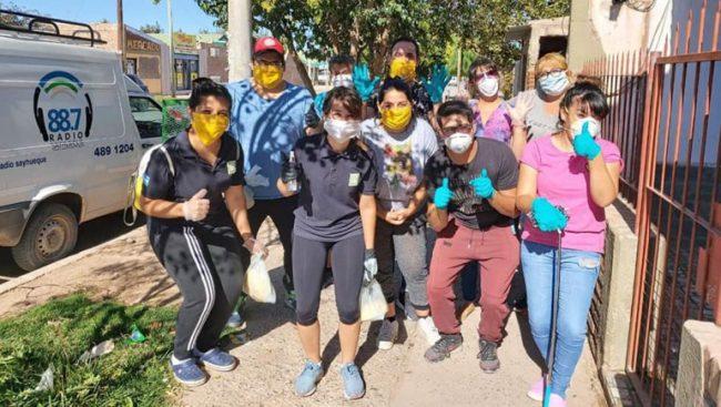 Municipales de Centenario en sus horas libres ayudan a quienes más lo necesitan