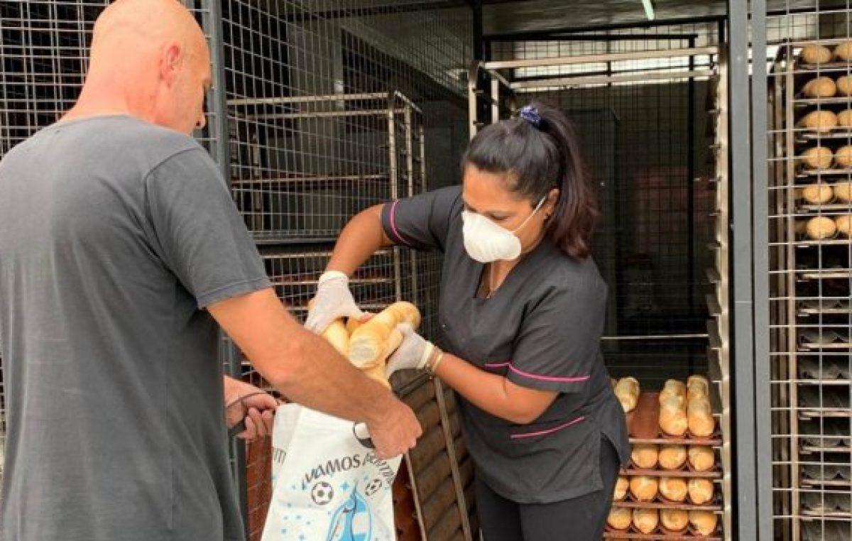 «Me levanté y quise regalar pan», el gran gesto solidario de un comerciante rosarino con vecinos de zona oeste
