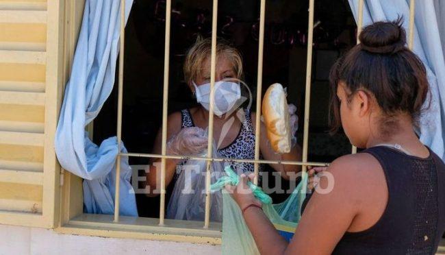 Los comedores salteños cierran las puertas o dan de comer por la ventana