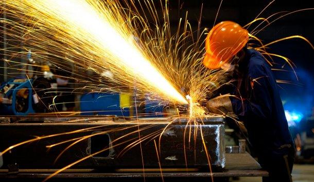 Industriales quieren encender los motores de las fábricas