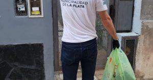 Municipales hacen compras a los adultos mayores en La Plata
