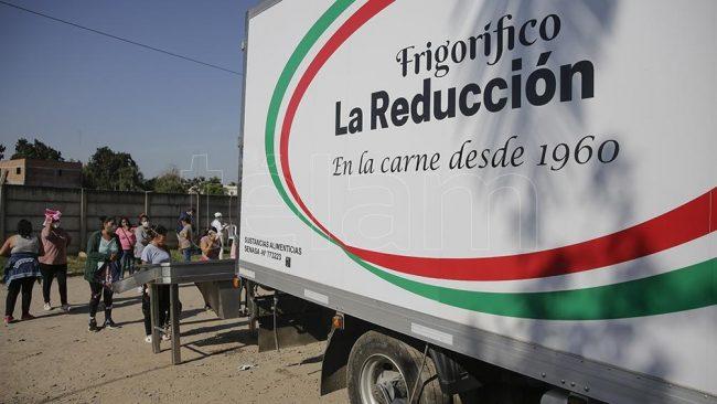 """Un frigorífico tucumano regala 3.500 kilos de carne por semana porque """"hay que ayudar, no ganar plata"""""""
