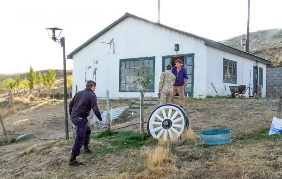 Santa Cruz: Peones de estancia se quedaron sin pilas en su radio y no se enteraron de la pandemia