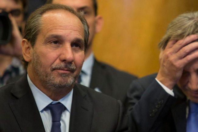 """Caputo, el """"hermano del alma"""" de Macri, cesanteó a 740 empleados"""