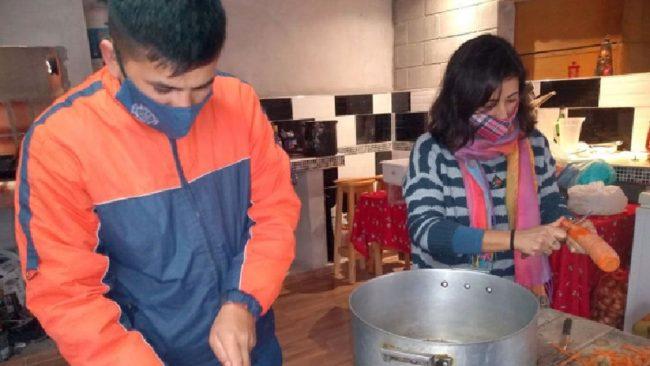 En Holmberg, vecinos solidarios cocinan y entregan 90 viandas a familias humildes