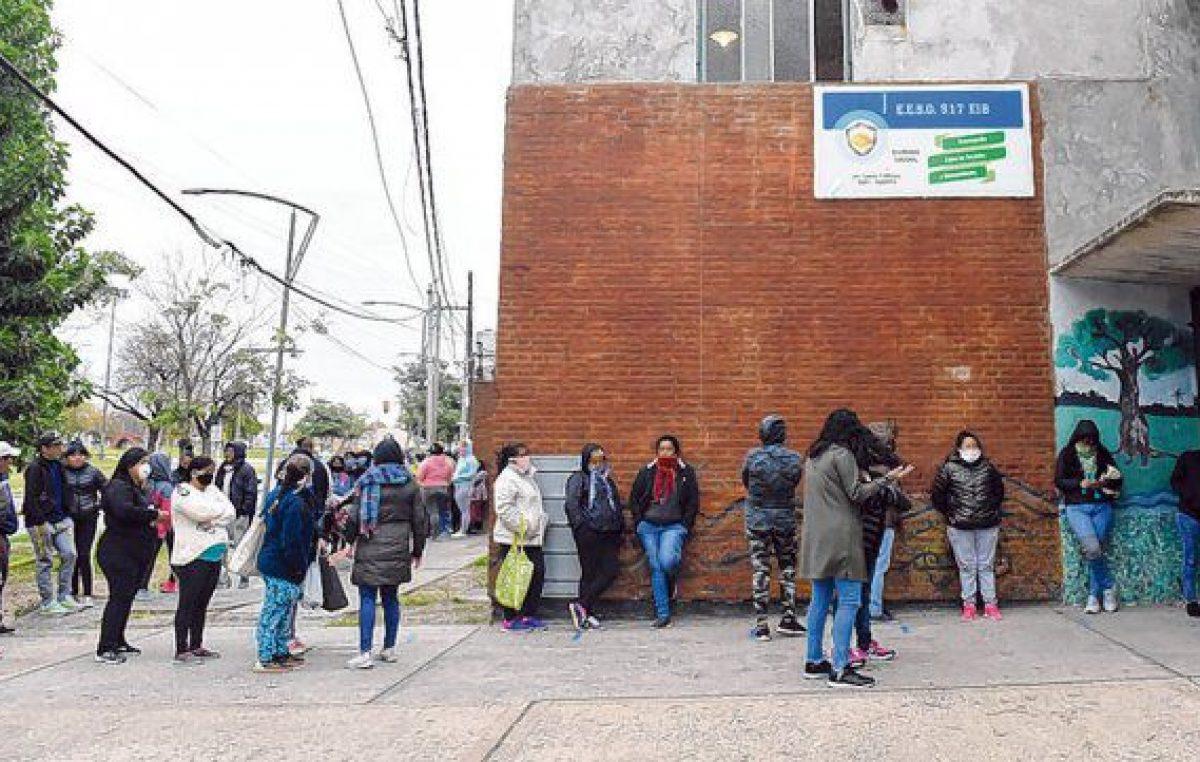 Largas filas para recibir los bolsones de alimentos en las escuelas rosarinas