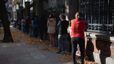 Más de 2 cuadras de fila para retirar comida de un comedor: «La gente es agradecida, pero está muy triste»