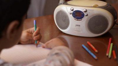San Martín de los Andes: Donde no hay internet, la radio lleva la escuela a la casa