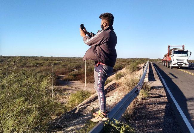 Mendoza: Hacer la tarea sin tener internet, 4 horas apuntando al cielo con el celular