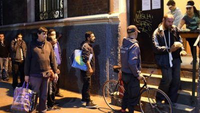 En la ciudad de Buenos Aires: la recaudación volvió a caer a la mitad y se triplicó la demanda de bolsones de alimentos
