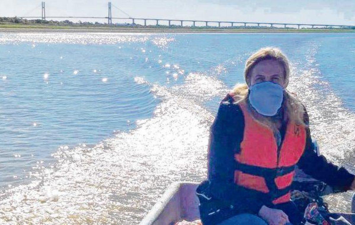La docente que cruza el río para llevarle la tarea y alimentos a sus alumnos