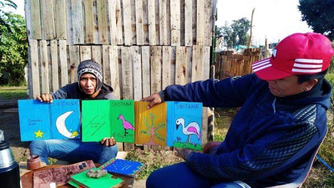 Jóvenes Qom venden sus propios libros para construir sus casas