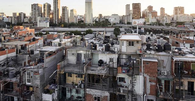 """""""En los barrios populares la muerte llega antes que la ambulancia"""": el reclamo de 40 curas villeros del AMBA"""