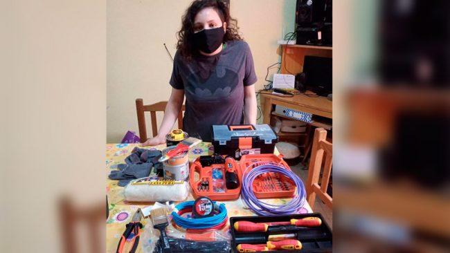 Cobró el IFE y lo invirtió en herramientas para su oficio como electricista