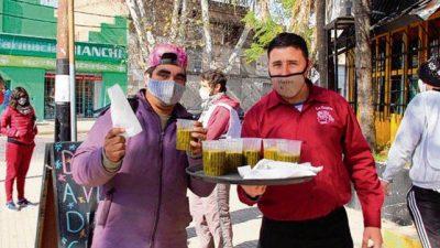 Todos los mediodías entregan sopas solidarias en el Distrito Oeste de Rosario