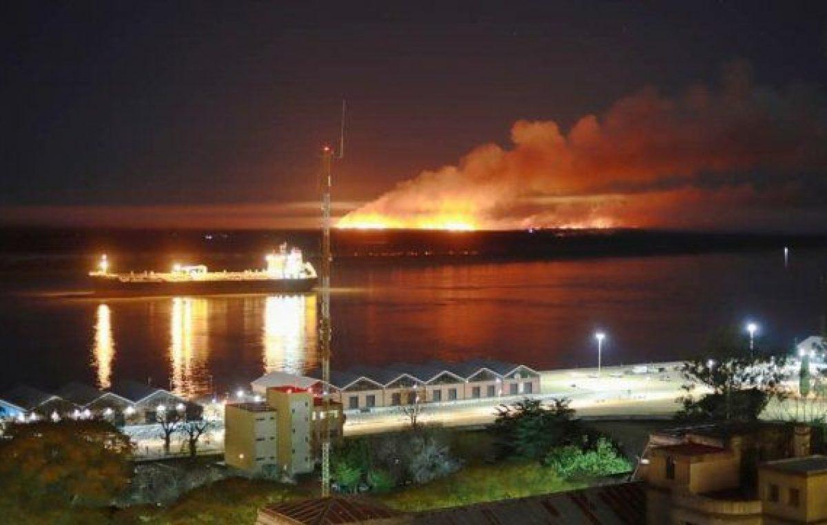 Una noche de incendios fuera de control en las islas frente a Rosario