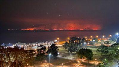 El gobernador de Santa Fe anunció el arribo de refuerzos nacionales para combatir los incendios en las islas