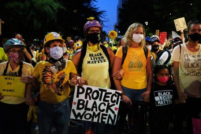 El Muro de las Madres de Portland se levanta contra las tropas de Trump