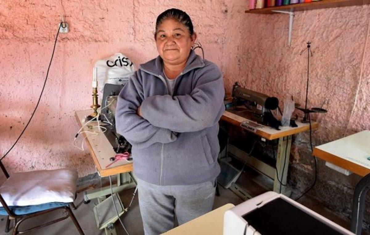 Hilvanando el futuro: un taller de costura capacita a mujeres mendocinas de bajo recursos