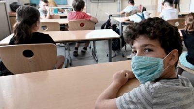 Con 30 millones de casos, algunos vuelven al confinamiento y otros abren las escuelas