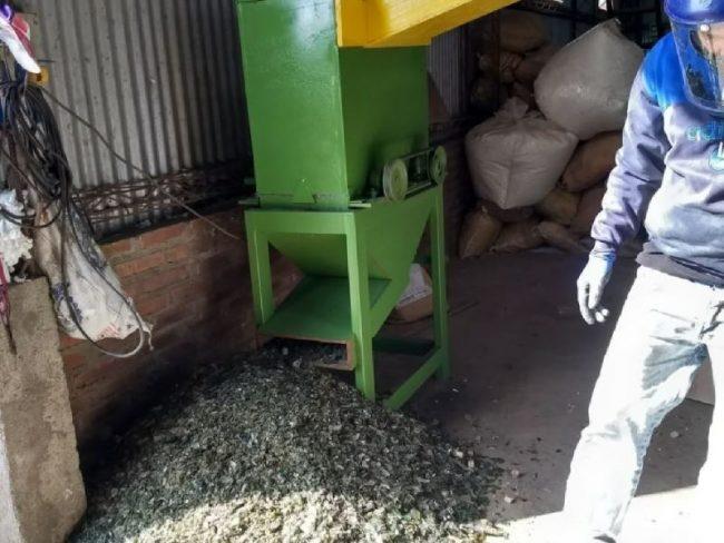 Pisos reciclados: empleados municipales de La Para crean máquina para moler vidrio