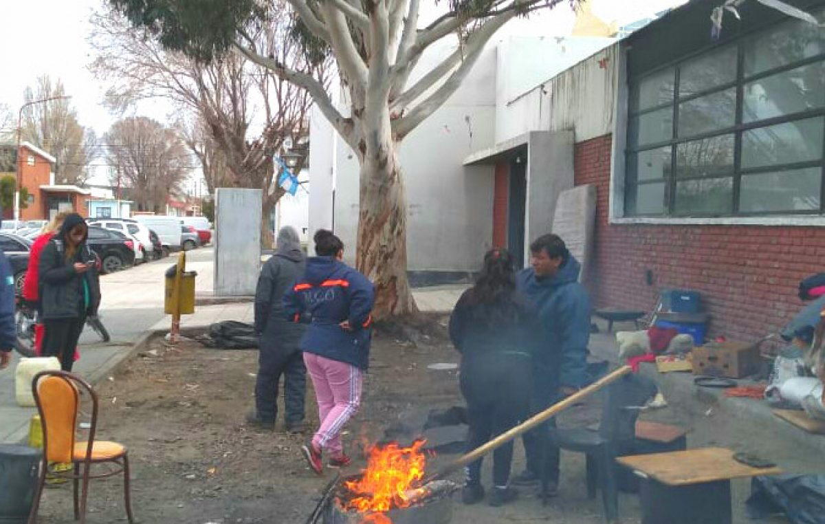 Levantan acampe frente a la Municipalidad de Caleta Olivia con la promesa de ingreso a «cooperativas»