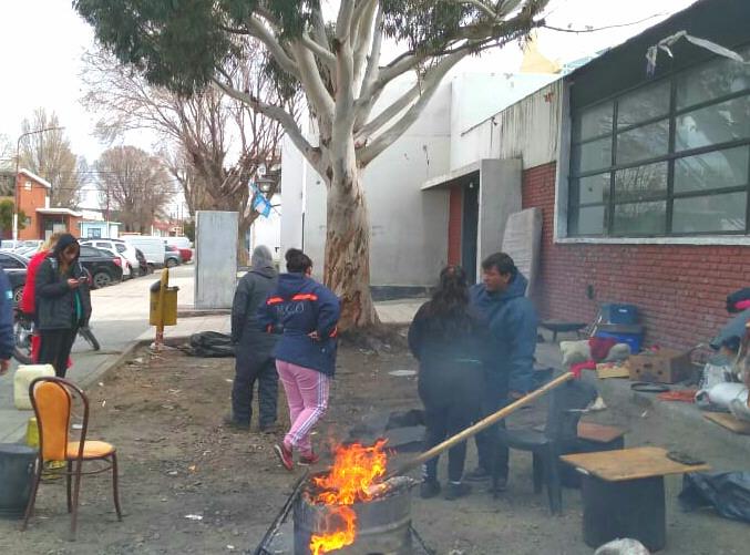 """Levantan acampe frente a la Municipalidad de Caleta Olivia con la promesa de ingreso a """"cooperativas"""""""