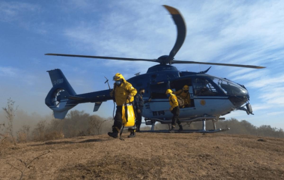 Un helicóptero y un avión hidrante se sumaron para abatir el fuego