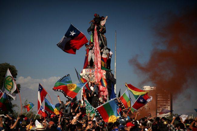 """Plaza """"Dignidad"""" se llena en Santiago de Chile celebrando un año del estallido"""